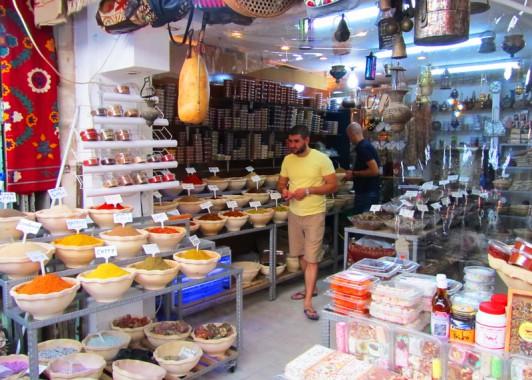 Лавка пряностей на арабском базаре старого города.