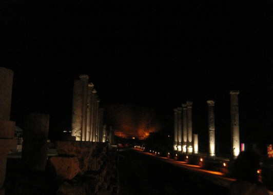 Бейт-Шеан. Улица с колоннами ночью