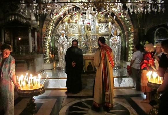 Каждение на Голгофе – встреча армянского и греческого священников.