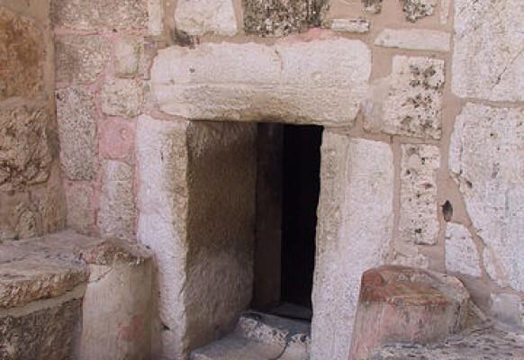 Главный вход в храм Рождества.