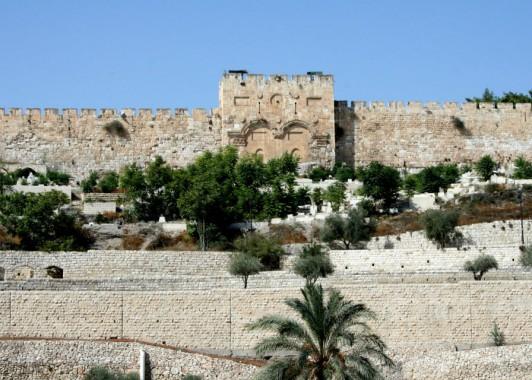Врата Милосердия ( Золотые ворота ), через которые мессия поднимется на Храмовую гору.