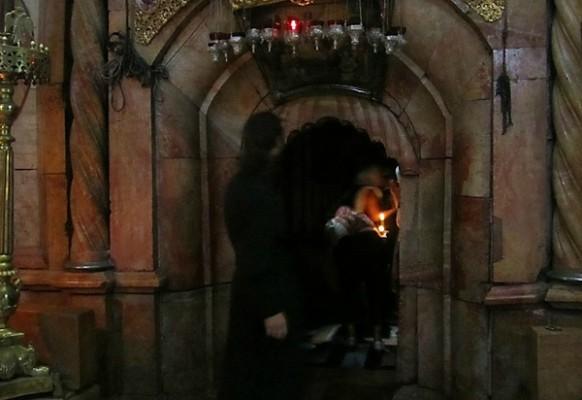 Вход в Кувуклию всегда охраняет греческий православный священник.