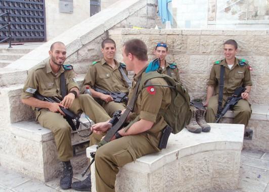 Израильские солдаты на экскурсии в Старом городе.