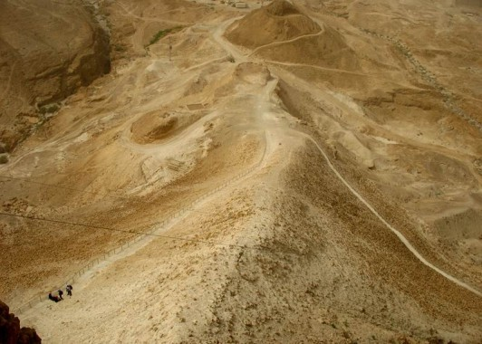 Насыпной римкий вал, по которому римские солдаты поднялись к стенам Масады.