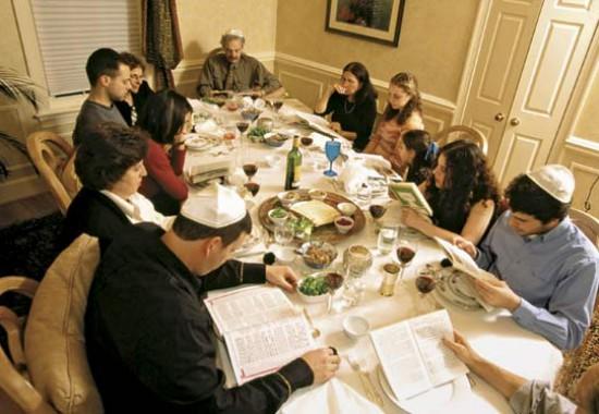 Начало пасхальной трапезы. Чтение агады – истории исхода евреев из Египта.