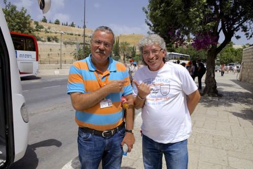 21.05.2014 – Экскурсия по Иерусалиму. Я и водитель автобуса Анзор ждем туристов.