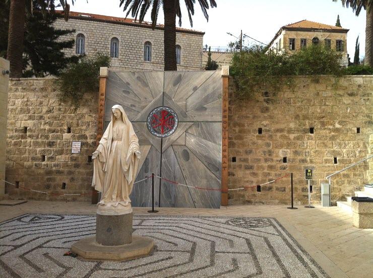 Дева Мария и фонтан во дворе базилики Благовещения
