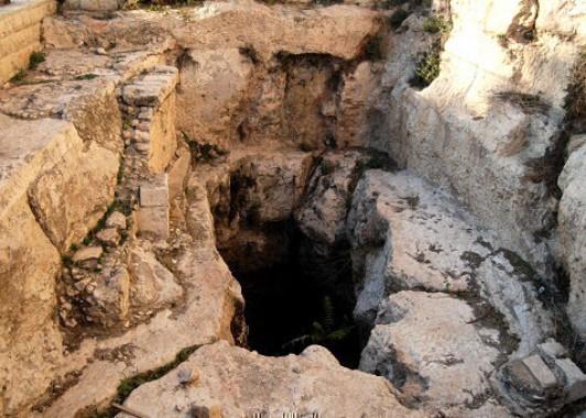 В глубине пещеры Махпела похоронены Праотцы и Праматери.