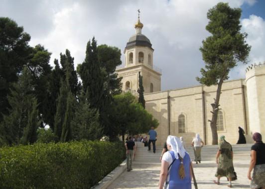 Православные паломники поднимаются к церкви Святой Троицы.