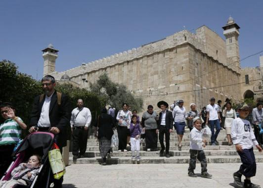 Еврейские паломники посещают комплекс пещеры Махпела. До наших дней здесь сохраняется древнее строение, сооруженное царем  Иродом Великим.