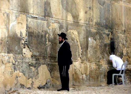 Кладка камней Махпелы очень напоминает кладку стены Плача в Иерусалиме. Здесь тоже существует традиция оставлять записки, обращенные к Творцу.