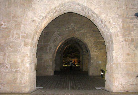 Сильно смахивает на готику, но это – романский стиль. Рыцарские залы в Акко.