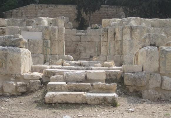 Эммаус. Руины средневекового собора