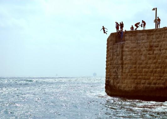 Акко. Прыжок с городской стены.