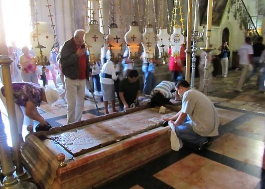 Камень миропомазания – место преклонения паломников и туристов.