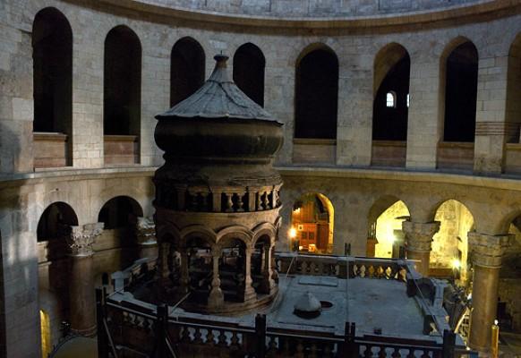 Кувуклия – вид сверху . Фото сделано с армянского верхнего придела.