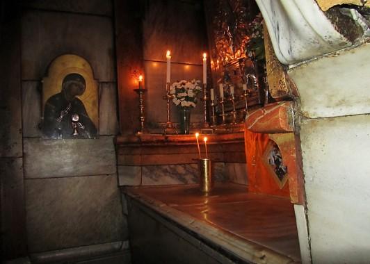 Внутри Кувуклии находится алтарь, на котором патриах принимает Благодатный огонь.