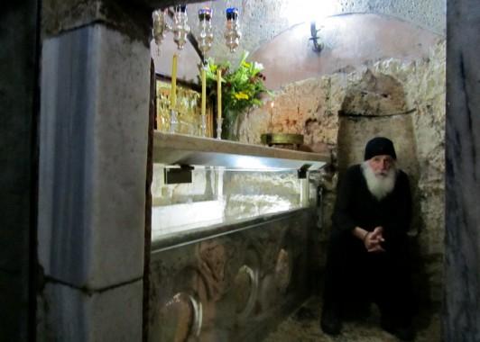 Греческий монах охраняет могилу богородицы.