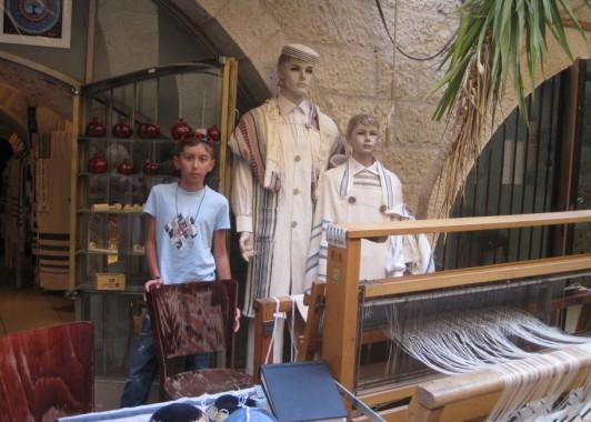 Еврейский мальчик в еврейском квартале.