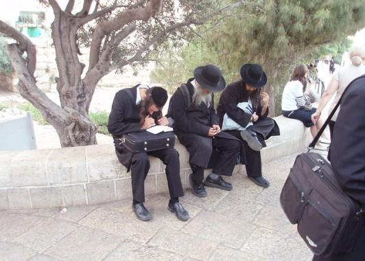 Религиозные евреи ждут автобуса у Мусорных ворот старого города.