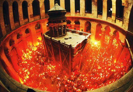 Принятие благодатного огня в храме Гроба Господня