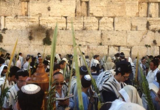 Празднование Суккот у Стены Плача в Иерусалиме.