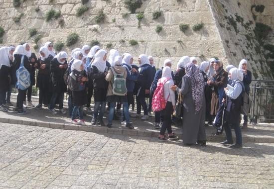 Мусульманские девочки на экскурсии по Иерусалиму