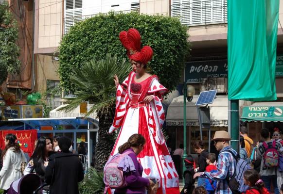 На пуримском карнавале.