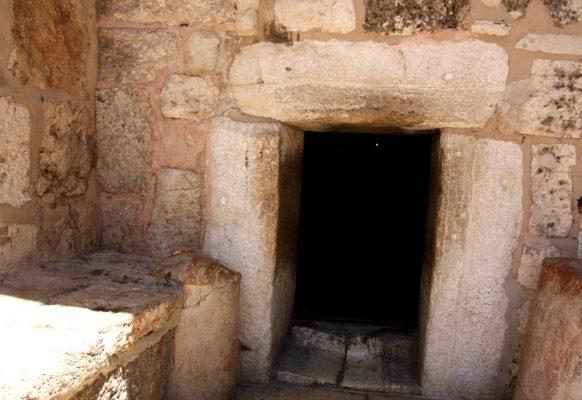 Этот низкий вход ведет в храм и к пещере, в которой Дева Мария родила Христа.