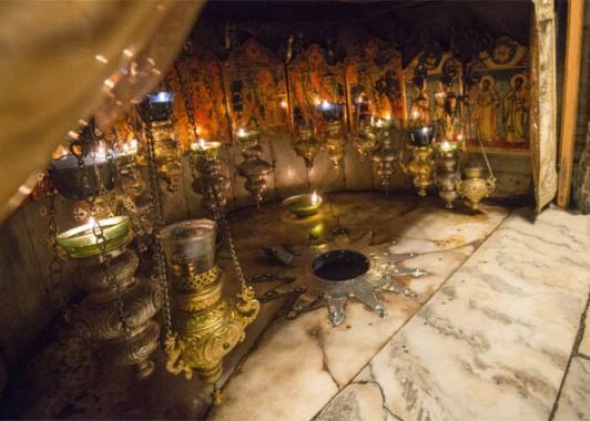 Место рождения Христа отмечено Вифлеемской звездой.