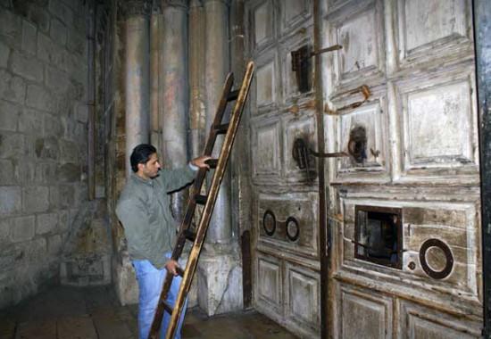 Традиционное закрытие ворот храма Гроба Господня