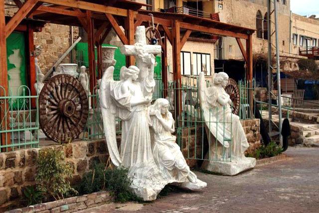 acre-statue