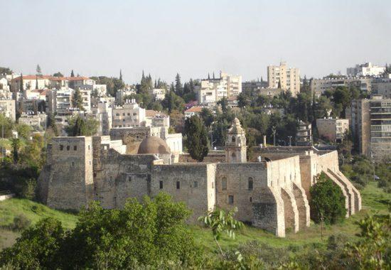 Древний монастырь Креста и современная застройка Иерусалима.